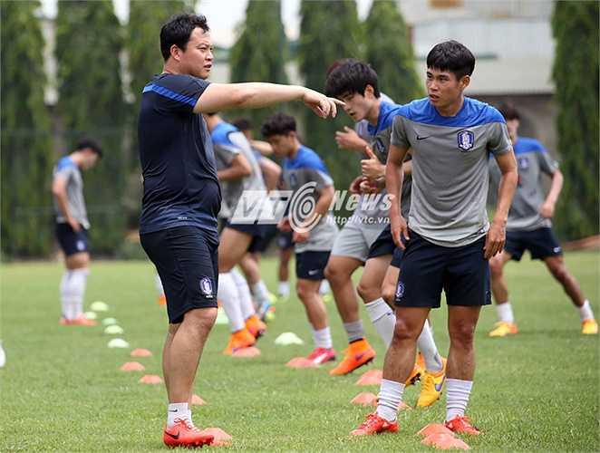 HLV thủ môn của U23 Hàn Quốc là một cái tên nổi tiếng- cựu thủ môn tuyển Hàn Quốc từng dự 4 World Cup, Lee Woon Jae