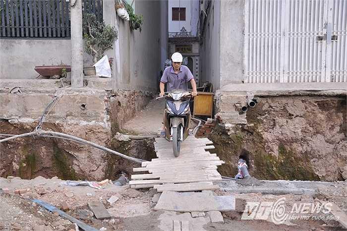 Ông Trần Mạnh Hà - Phó Chủ tịch UBND Quận Cầu Giấy lý giải, tình trạng này xảy ra do nhiều căn nhà được xây dựng từ rất lâu, trước khi làm đường. Khi thực hiện dự án đường Nguyễn Văn Huyên mới xảy ra tình trạng có nhà cao hơn, có nhà thấp hơn mặt đường.