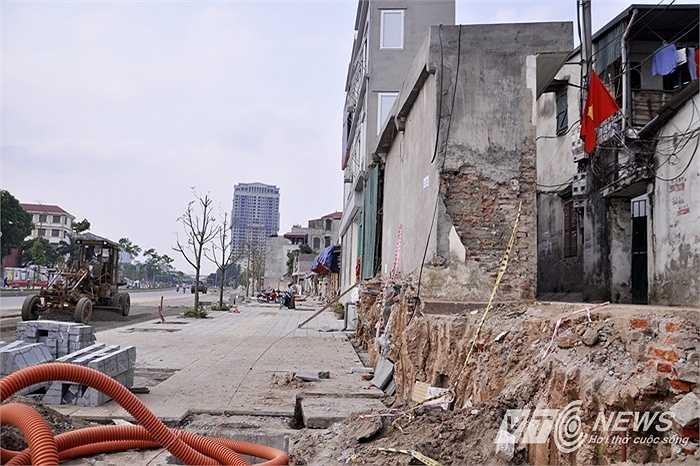 Khung cảnh nham nhở hai bên vỉa hè đường Nguyễn Văn Huyên.