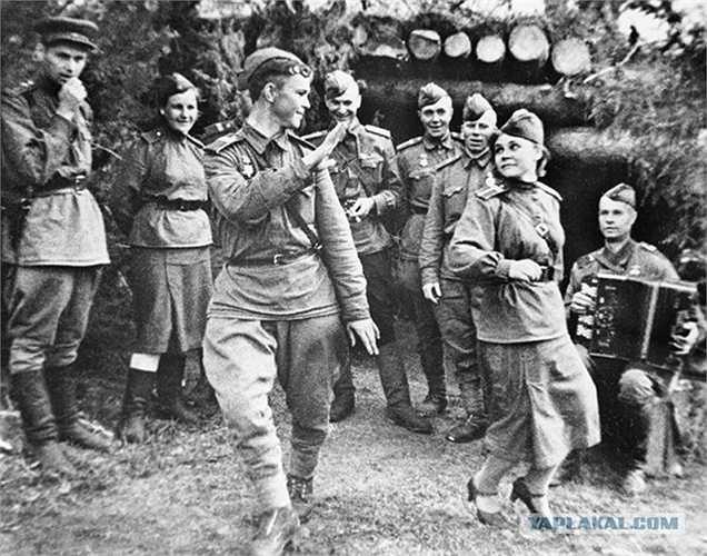Các chiến sỹ Liên Xô khiêu vũ trong những giờ nghỉ hiếm hoi