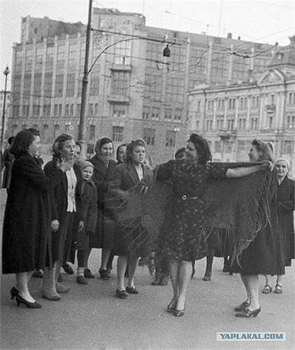 Những phụ nữ Liên Xô khiêu vũ mừng ngày chiến thắng ở Matxcơva vào ngày 9/5/1945