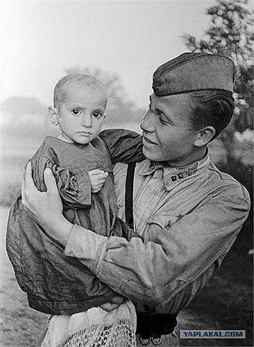 Chiến sỹ Liên Xô bế cô bé cứu được ở làng Elkhontovo năm 1942