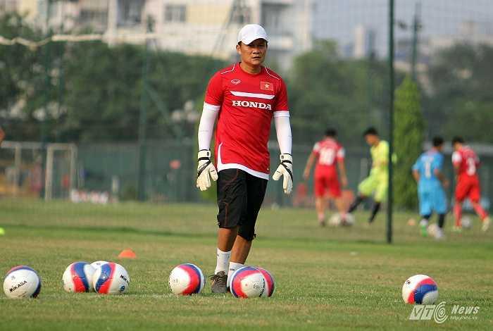 Trợ lý Nguyễn Quốc Tuấn cho các thủ môn tập rất kỹ với trái bóng 'quái vật' này để tránh những mối nguy hiểm mà nó có thể mang đến khi bước vào SEA Games 28.