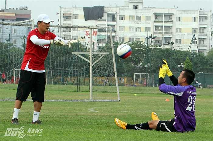 Theo đánh giá của trợ lý thủ môn Nguyễn Quốc Tuấn, trái bóng này đúng là một 'quái vật' có thể 'giết chết' các thủ thành.