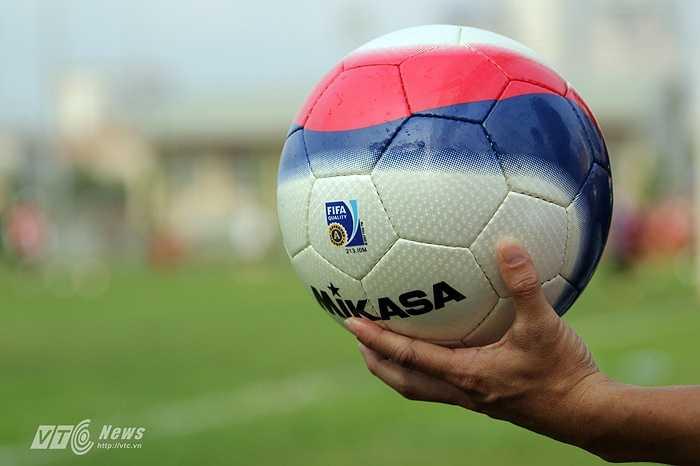 Đặc biệt, cách phối màu của quả bóng dễ làm lóa mắt các thủ thành cũng như cầu thủ nếu nó bay trên cao.