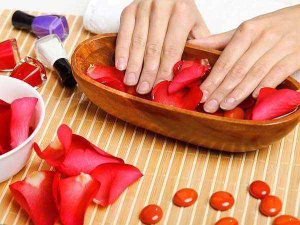 Móng tay trắng, nhợt nhạt: Nếu móng tay của bạn nhợt nhạt và có màu trắng thì đây có thể là dấu hiệu của bệnh thiếu máu. Thiếu sắt khiến móng tay nhợt nhạt do không có đủ các tế bào màu đỏ. Tình trạng này khi không được điều trị kịp thời có thể làm cho móng tay có hình dạng hơi lõm.