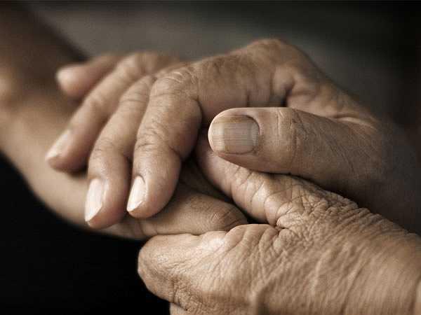 Đốm nâu hoặc đỏ trên bề mặt bàn tay: Những đốm nâu hoặc đỏ trên bề mặt bàn tay phản ánh bệnh tiểu đường. Trong đó dây thần kinh và mạch máu trở nên suy yếu bao gồm toàn bộ các dây thần kinh ở bàn tay. Điều này gây ra những đốm đỏ trên tay do xuất huyết.