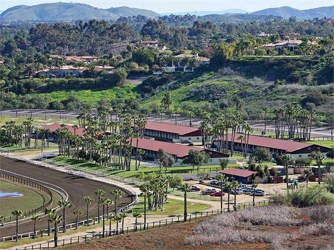 Năm 2014, Bill Gates mua khu bất động sản ở Rancho Paseana với giá 18 triệu USD có vườn cây ăn quả, đường đua, chuồng ngựa