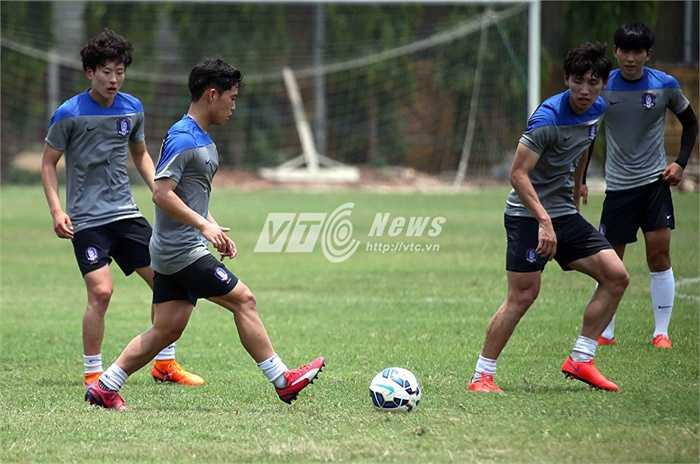 Các cầu thủ U23 Hàn Quốc làm quen với thời tiết tại Việt Nam.(Ảnh: Quang Minh)