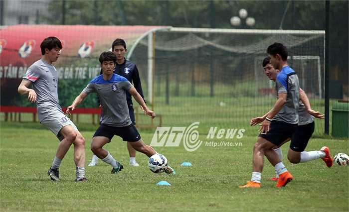 Do đến Hà Nội vào những ngày nắng nhất nên các cầu thủ U23 Hàn Quốc phải bôi kem chống nắng khi bắt đầu tập luyện.(Ảnh: Quang Minh)