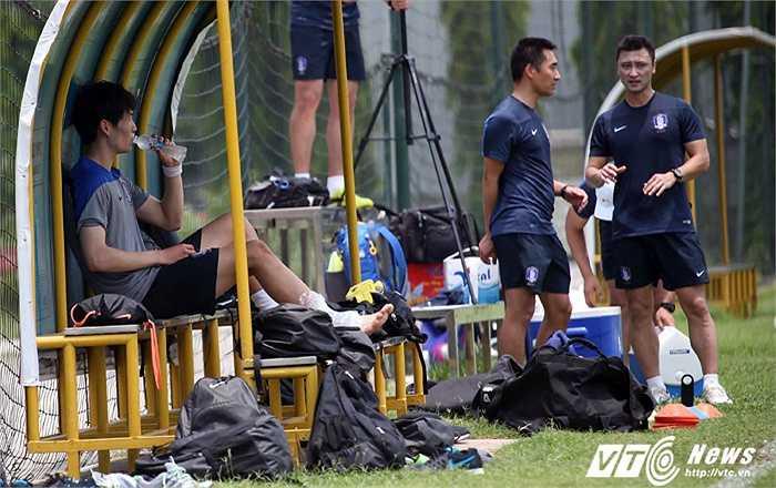 Một cầu thủ Hàn Quốc chấn thương ngay khi buổi tập mới bắt đầu.(Ảnh: Quang Minh)