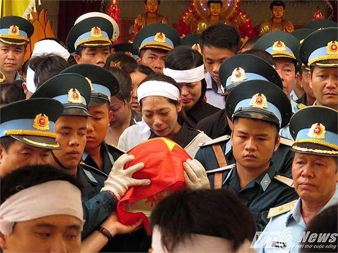 Lễ tiễn đưa diễn ra trong tiếng nhạc trầm hùng, khiến cho không khí đau thương bao trùm nhà tang lễ.