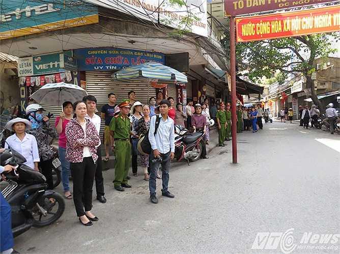 Theo phong tục truyền thống, người dân khu phố đã đứng chờ đón di ảnh của thiếu tá Nguyễn Anh Tú về nhà, trước khi về an nghỉ tại Nghĩa trang liệt sỹ quận Ngô Quyền.