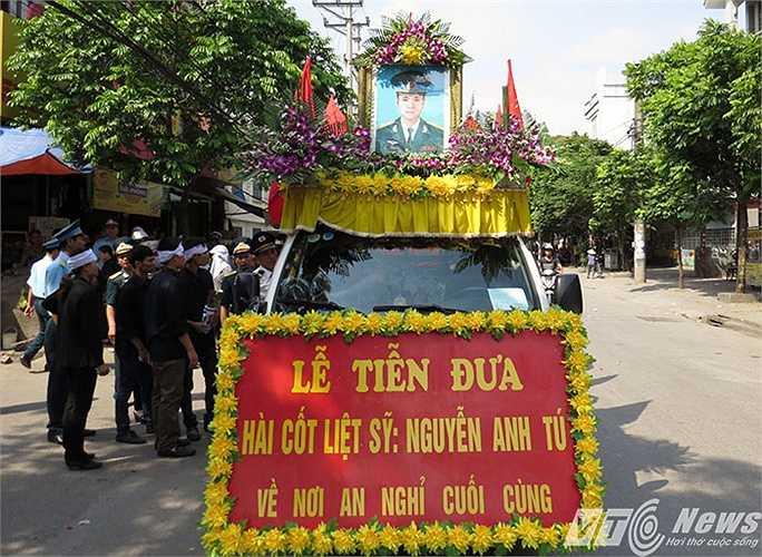 Nhìn di ảnh trên chiếc xe tang dừng lại đầu phố, nhiều người dân đã bật khóc.