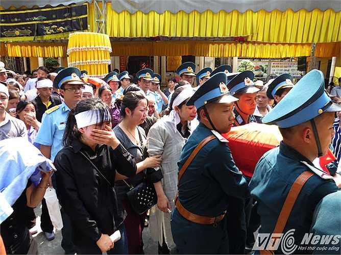 Người vợ trẻ thiếu tá Nguyễn Anh Tú, cùng thân nhân đau xót tiễn đưa di cốt anh lên xe tang di quan về nơi yên nghỉ vĩnh hằng.