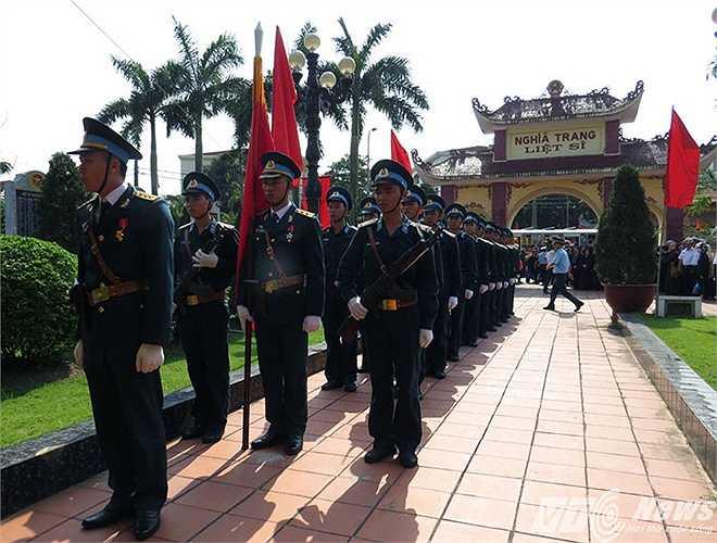 Đội tiêu binh chuẩn bị nghi lễ đón hài cốt thiếu tá Nguyễn Anh Tú vào nghĩa trang liệt sỹ quận Ngô Quyền làm lễ an táng.