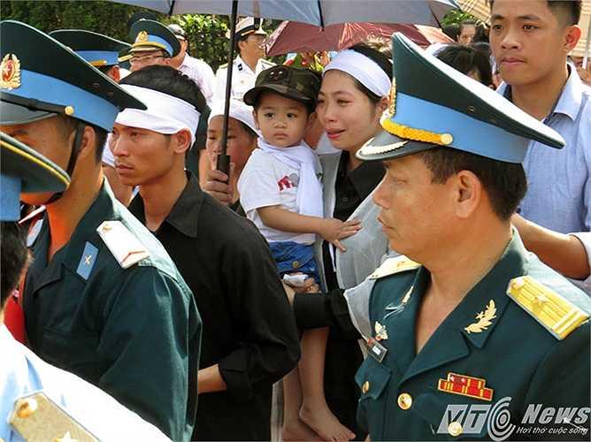 Chị Oanh đứng trước di ảnh nói với con: 'Con chào ba đi'. Cháu bé nói: 'Con chào ba rồi', khiến những người chứng kiến vô cùng thương xót.