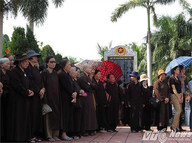 Đông đảo tăng ni, phật tử địa phương đã đến làm lễ cầu siêu, lễ an táng cho thiếu tá Nguyễn Anh Tú về yên nghỉ tại nghĩa trang quê nhà.