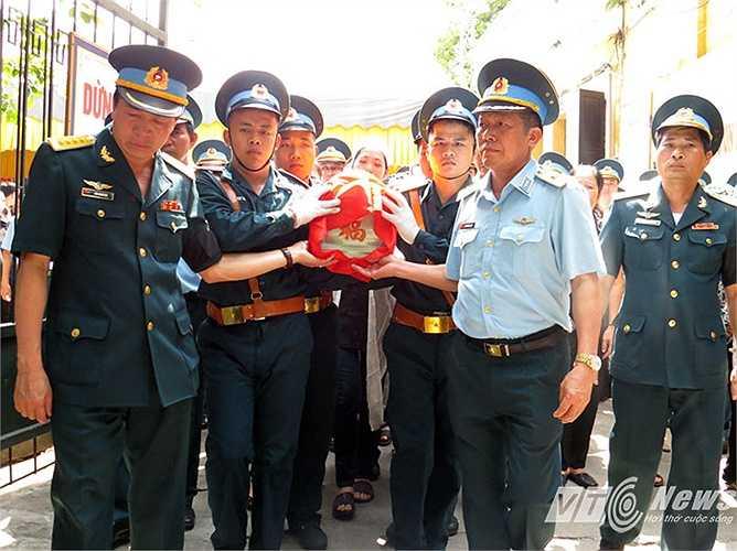 Đồng chí, đồng đội tiễn đưa thiếu tá Nguyễn Anh Tú trong niềm tiếc thương vô hạn