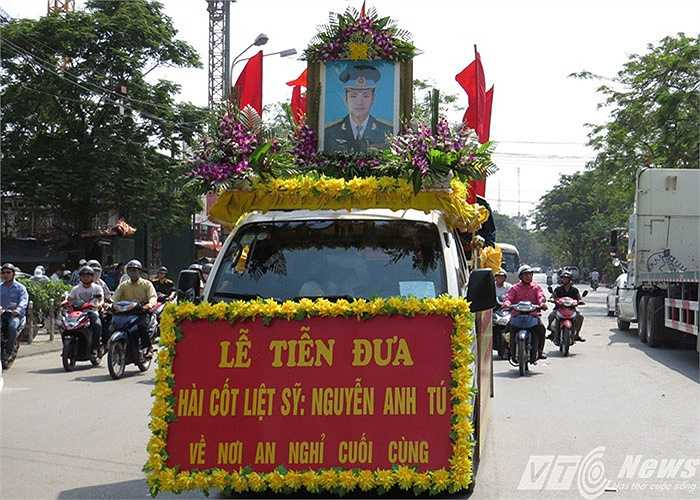 Chiếc xe tang chở di ảnh thiếu tá Nguyễn Anh Tú lăn bánh trên đường phố Cảng, in dấu bao kỷ niệm của anh một thời.