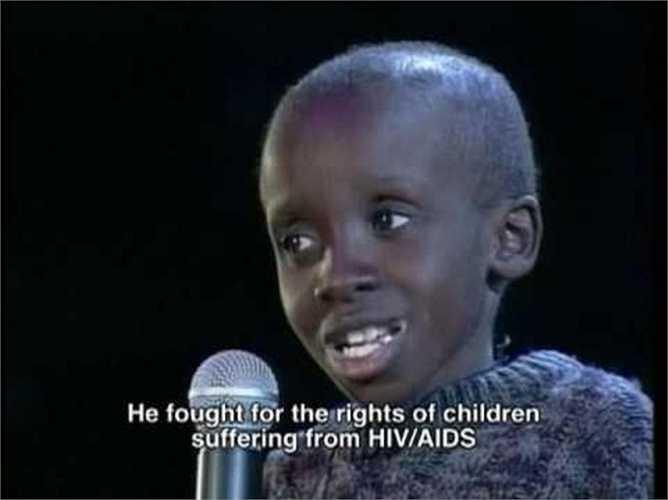 Nkosi Johnson, sinh năm 1989 với virus HIV có sẵn trong cơ thể mình. Nhưng cậu bé không bao giờ chịu đầu hàng số phận. Nkosi tham gia vào các hoạt động khắp thế giới về phòng chống HIV/AIDS. Năm 2001, Nkosi ra đi trong một giấc ngủ yên bình và cả thế giới đều tiếc thương cuộc đời ngắn ngủi này