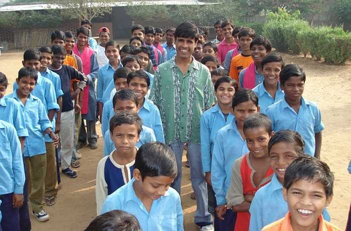 Om Prakash Gurjar. Khi mới lên 5 tuổi, cậu đã phải xa cha mẹ và trong vòng 3 năm trời, cậu phải làm việc vất vả trên những cánh đồng. Sau khi được những người hoạt động thuộc phong trào Bachphan Bachao Andolan giải cứu, Om đứng lên vận động đòi một nền giáo dục miễn phí cho quê hương Rajasthan của mình. Sau đó, cậu giúp thành lập một mạng lưới với tên gọi 'Những ngôi làng thân thiện với trẻ em'