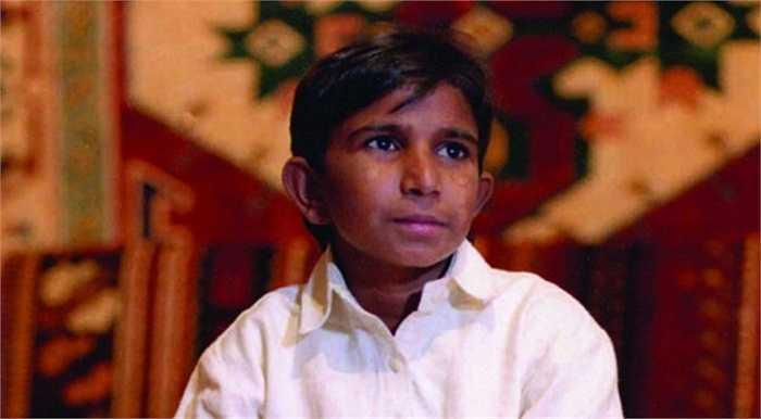 Iqbal Masih là một cậu bé Pakistan bị bán làm nô lệ cho ngành kỹ nghệ sản xuất thảm khi mới lên 4 tuổi, cậu bị buộc vào chiếc máy dệt và khiến cơ thể chỉ bé bằng cậu bé 6 tuổi khi lên 12.