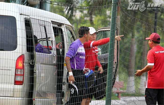 Xe đưa các thủ môn của ĐT Việt Nam tới sân tập riêng.