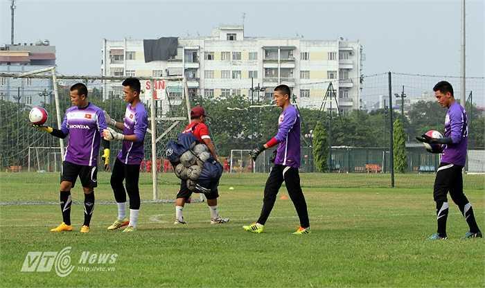Còn đây là 4 thủ thành của U23 Việt Nam. Trong buổi tập này, U23 Việt Nam không có thủ thành thứ 5 là Trần Minh Toàn