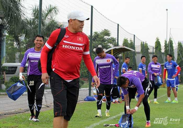 HLV thủ môn Nguyễn Đức Cảnh cùng các thủ môn của ĐT Việt Nam đi qua sân tập của U23 Việt Nam.