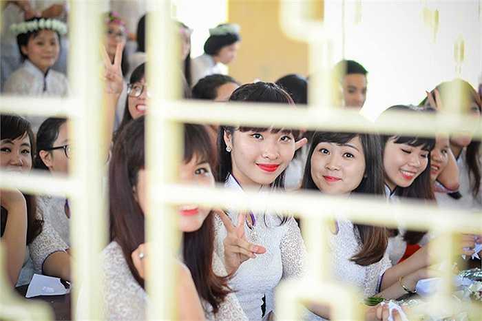 Những nữ sinh xinh xắn của lớp 12I tự nhiên trước ống kính