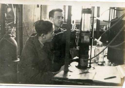 Giáo sư Anatoly Afanasievich Medvedev (phải) và nghiên cứu sinh Nguyễn Trọng Khuông trong phòng thí nghiệm ở Lensoviet