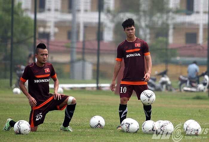 Công Phượng cùng đồng đội Huy Toàn ở đội U23