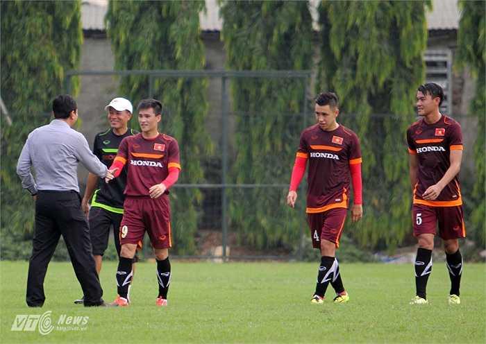 Do vừa trải qua trận đấu ở AFC Champions League cùng B.Bình Dương nên Công Vinh và Michal Nguyễn được HLV Miura cho tập khởi động riêng.(Ảnh: Hà Thành)