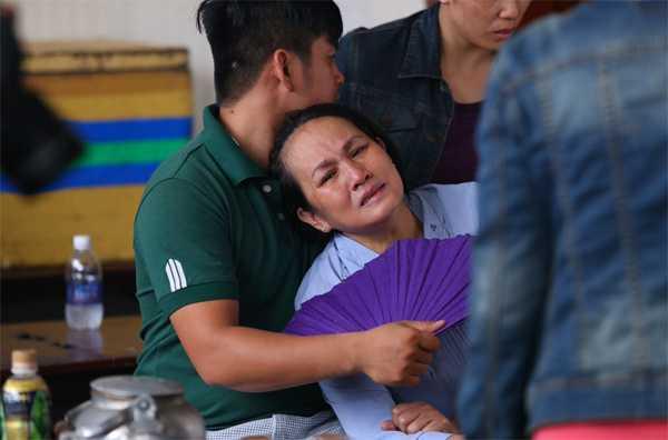Mẹ Duy Nhân buồn khổ vì con trai ra đi khi còn quá trẻ.