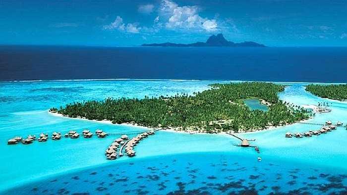 Là một hòn đảo thuộc Society Islands ở Polynesia – địa phận ngoài khơi Thái Bình Dương của Pháp, Taha'a không nổi tiếng như láng giềng Bora Bora nhưng đang trở thành điểm đến yêu thích của giới siêu giàu.