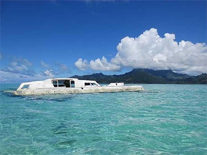 Một cảnh tưởng quá đỗi lãng mạn và thanh bình ở Taha's: chiếc thuyền không trôi lững lờ trên mặt nước.