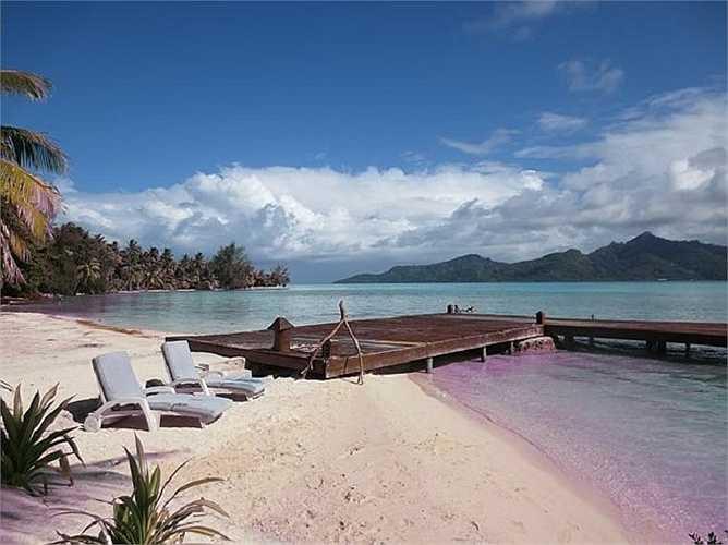 Le Taha'a Island Resort & Spa là khách sạn duy nhất trên đảo. Nó gồm 57 phòng và biệt thự trải dài suốt bãi biển và trên mặt nước.