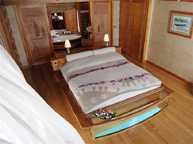 Không gian rất mộc bên trong phòng ngủ xinh xắn của những căn nhà lá trên biển.