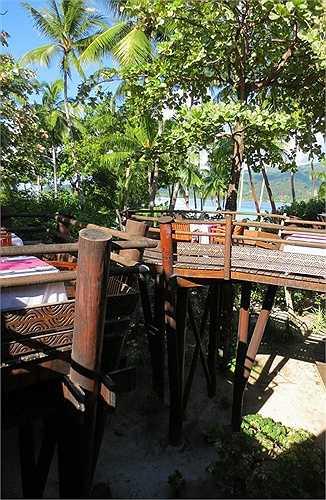 Những không gian bàn ăn độc đáo, nằm trên những thân cây lớn, giữa không gian thoáng đãng ngoài trời, với tầm nhìn ra biển cả bao la.