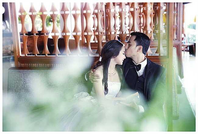 Duy Nhân nhẹ nhàng hôn lên trán cô dâu bé nhỏ.