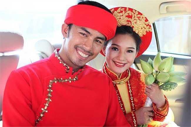 Cả hai rạng rỡ trong bộ trang phục áo dài truyền thống trong ngày lễ vu quy.