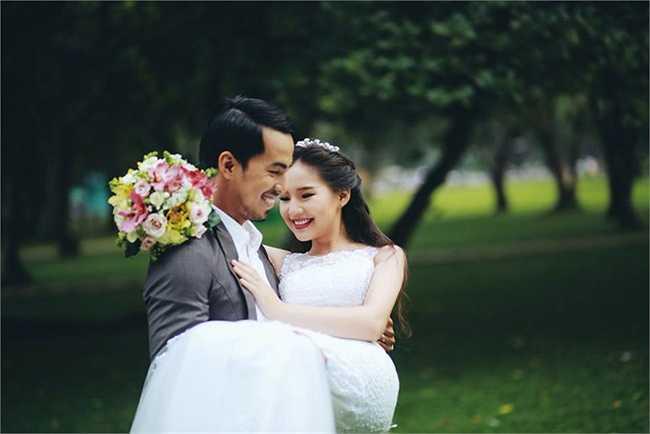 Duy Nhân nhấc bổng cô dâu để chụp hình cưới.