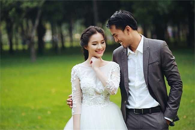 Bộ ảnh cưới lãng mạn của hai người sau khoảng 4 năm yêu nhau đã quyết định đi đến hôn nhân. Duy Nhân hạnh phúc bên cô dâu xinh đẹp Kiều Oanh.