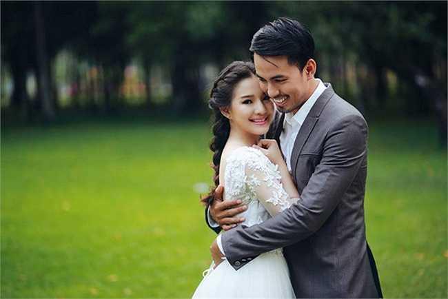 Là người kín tiếng nên Duy Nhân ít khi tiết lộ về đời sống riêng. Khi bộ ảnh cưới của anh được công bố, nhiều người bất ngờ vì cô dâu xinh đẹp của Duy Nhân.