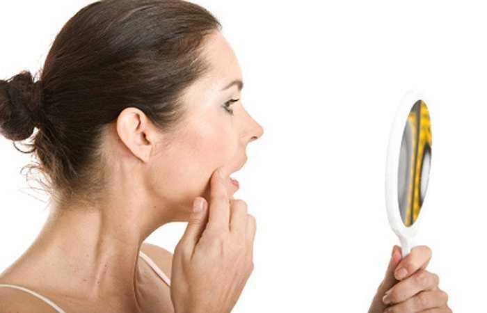 Da khô: Điều hòa nhiệt độ hút ẩm trong không khí, dẫn đến làm da bạn bị khô và bong tróc. Nếu bạn dành nhiều thời gian ở những nơi có không khí lạnh, chắc chắn rằng bạn uống nhiều nước và dưỡng ẩm làn da của bạn hàng ngày.