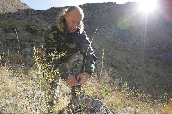 Tổng thống Nga Vladimir Putin trong bộ quân phục ngụy trang