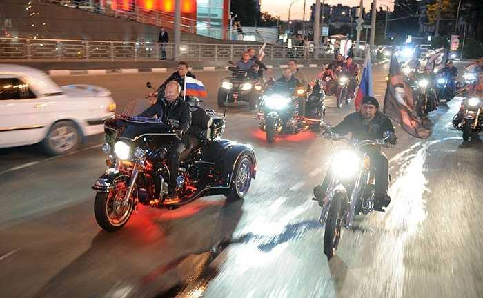 Vladimir Putin dẫn đầu đoàn xe 'Những con sói đêm' tại Novorossiysk