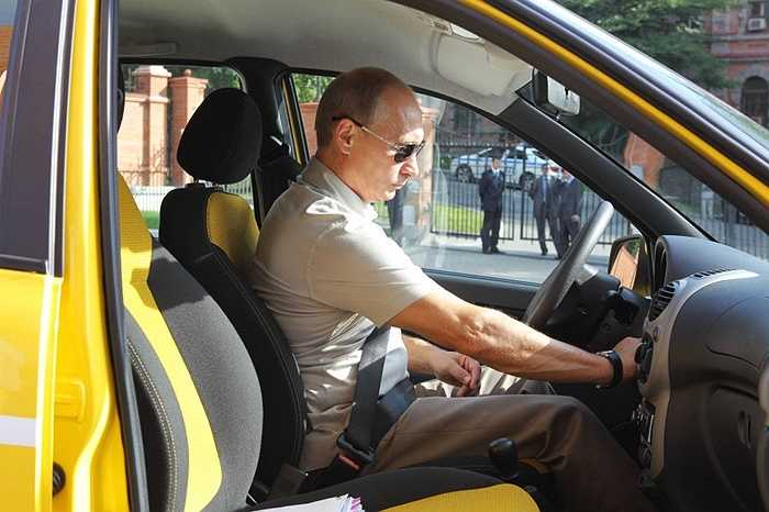 Thủ tướng Vladimir Putin bắt đầu chuyến đi trên đường cao tốc mới Chita – Khabarovsk trên xe Lada Kalina