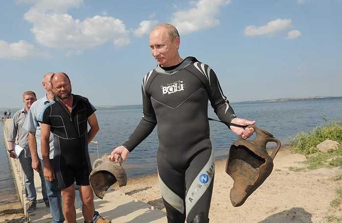 Thủ tướng Nga Vladimir Putin mặc đồ lặn, trên tay cầm hai bình gốm cổ mà ông tìm thấy dưới đáy Vịnh Taman